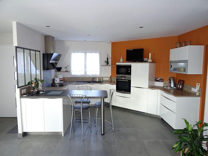 jolie cuisine cheap cette jolie cuisine prsente un plan de travail en stratifi finition bton. Black Bedroom Furniture Sets. Home Design Ideas