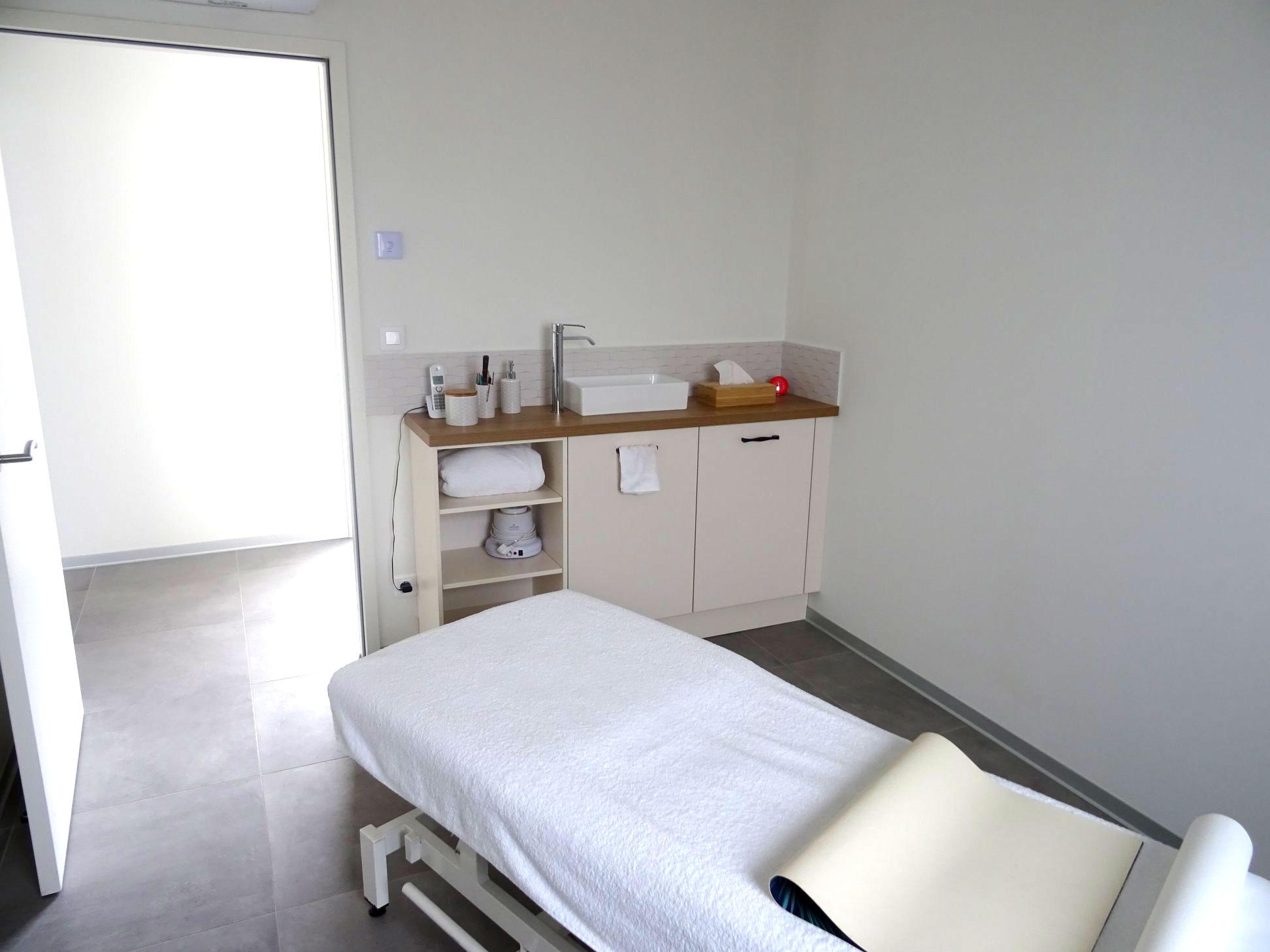 Agencement-Institut-de-beaute-ParentAize-Amenagement-interieur-sur-mesure–comptoir-accueil-boutique-agencement-G-Viaud-Aizenay-Vendee3