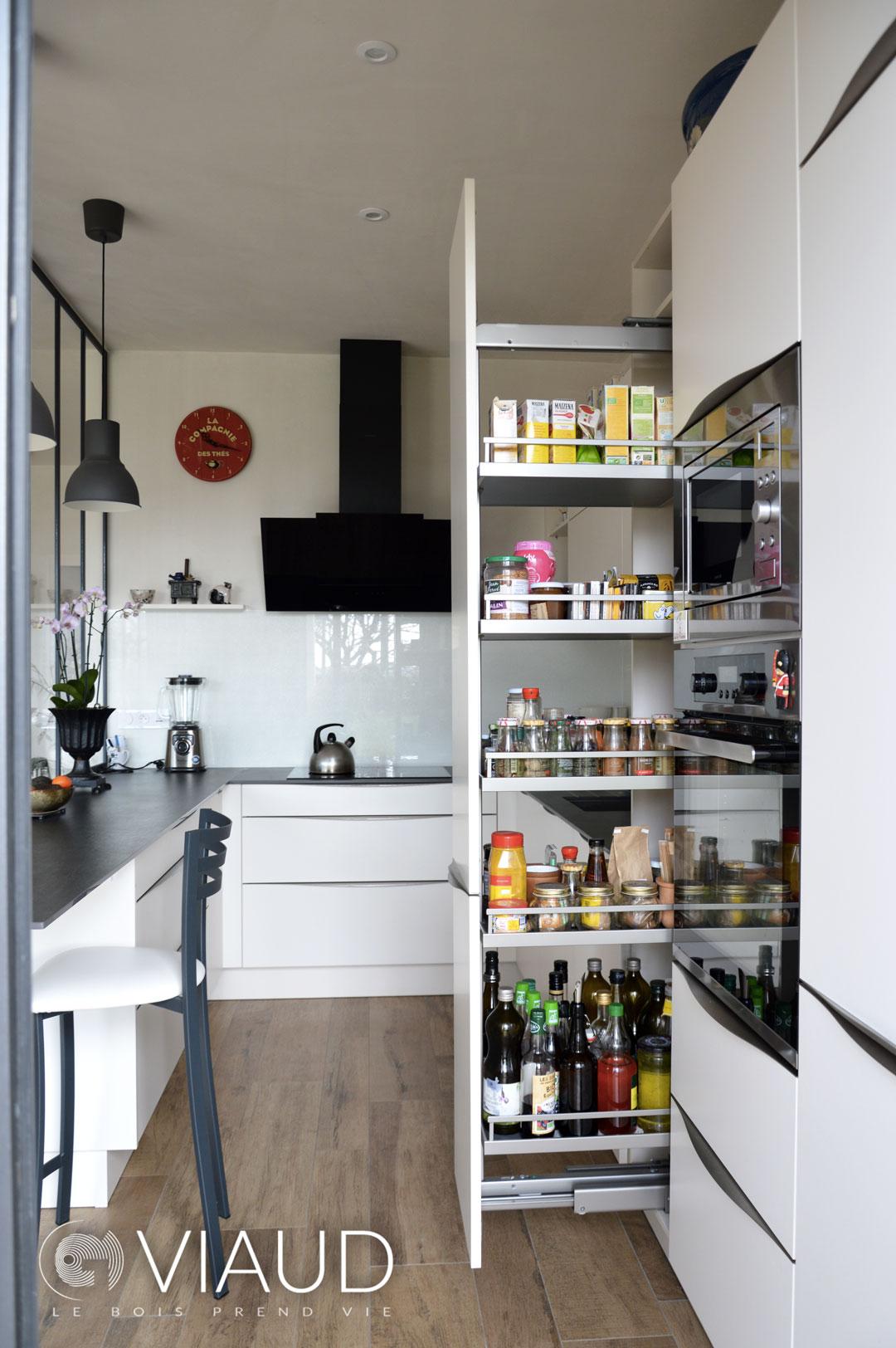 Cuisine-conteporaine-sur-mesure-grands-rangements-Saint-Gilles-Croix-de-Vie—G-Viaud-Cuisine-et-Meubles