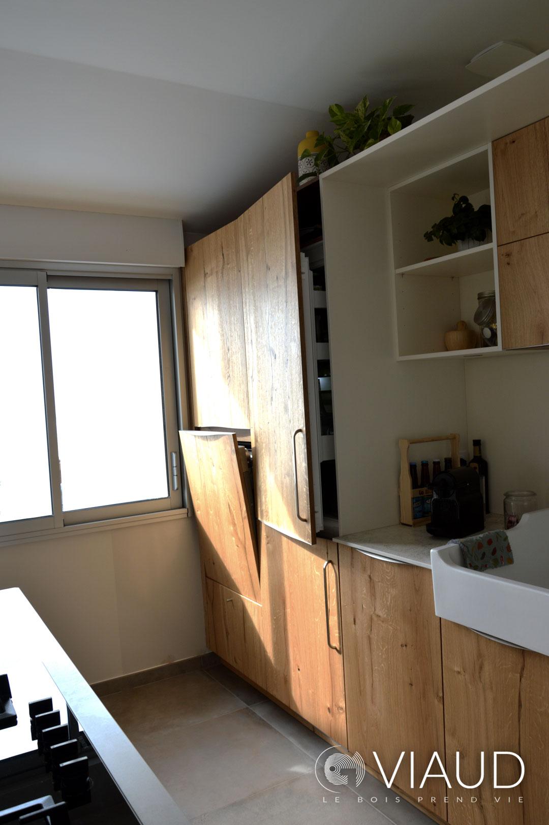 Frigo-integre-lave-vaisselle-a-hauteur-Cuisine-moderne-nature-chic-Bretignolles-sur-Mer-G-Viaud-Cuisine-et-Meubles